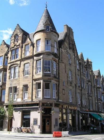 The Argyle Pub, with fruit and veg shops, restaurants, Cafes and delicatessens further down Argyle Street
