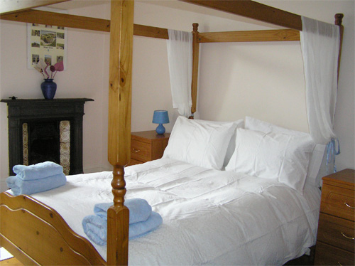Edinburgh self catering holiday apartment for short term for Short four poster bed